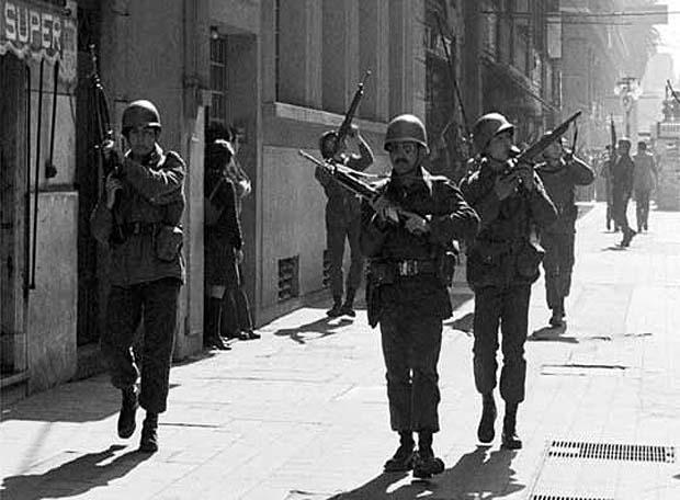 Militares con armas en las calles durante la dictadura militar argentina